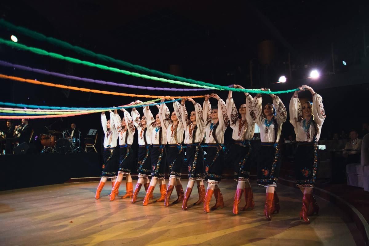 Танцовщицы демонстрируют красоту и грацию украинских женщин