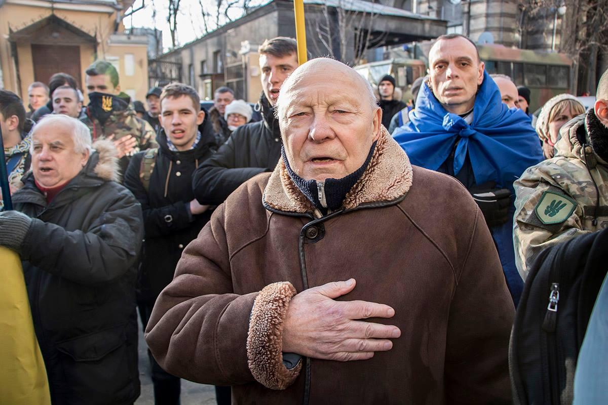 """Многие из присутствующих пели гимн и кричали """"Слава Україні!"""""""