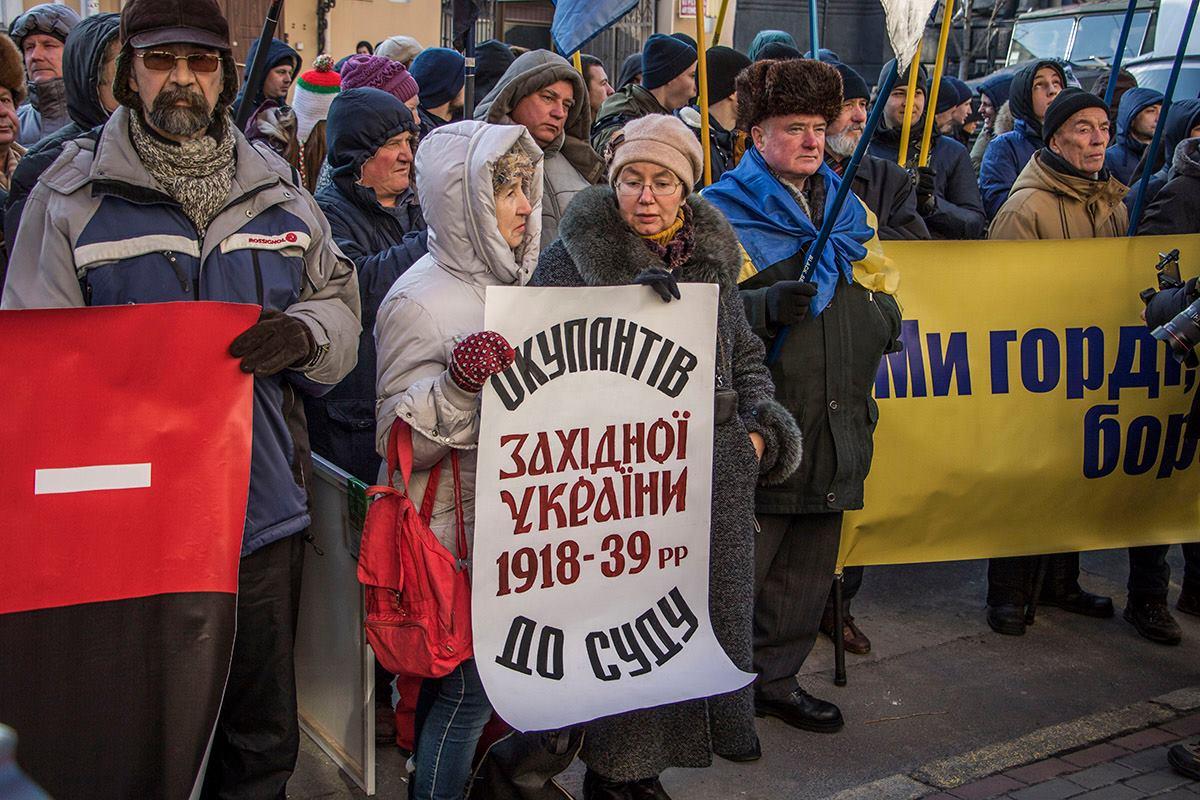 Многие люди пришли с плакатами, на которых были написаны лозунги