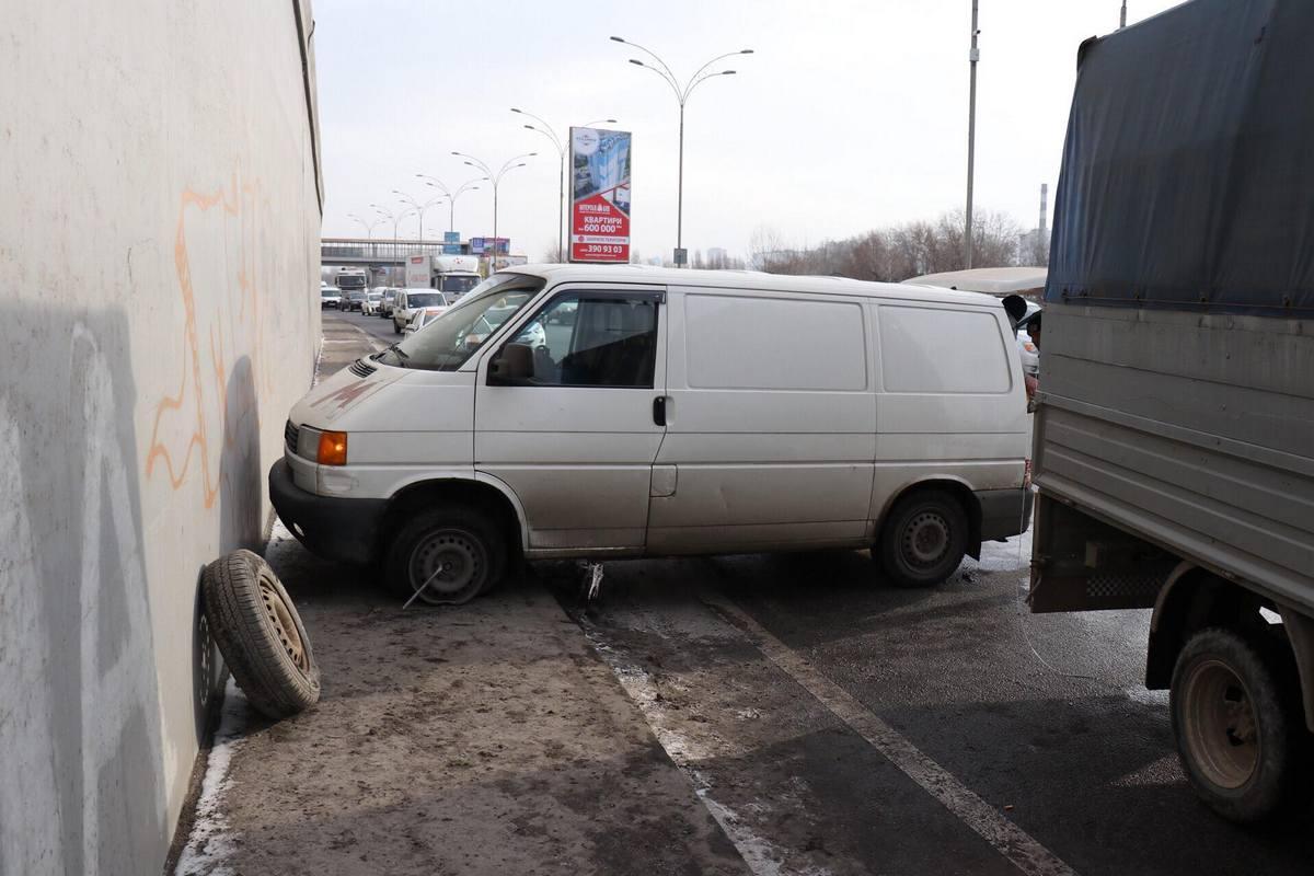 На съезде с Дарницкого мостастолкнулись два микроавтобусаVolkswagen