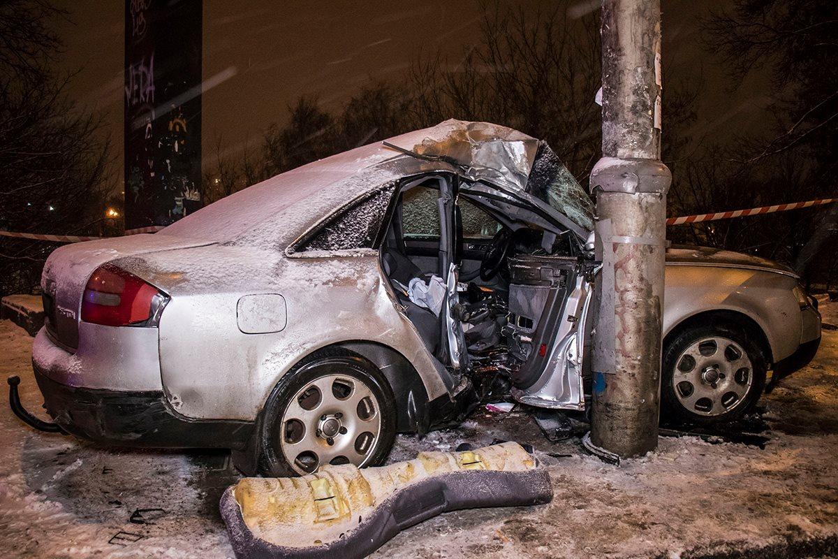 Мужчин из авто вырезали спасатели