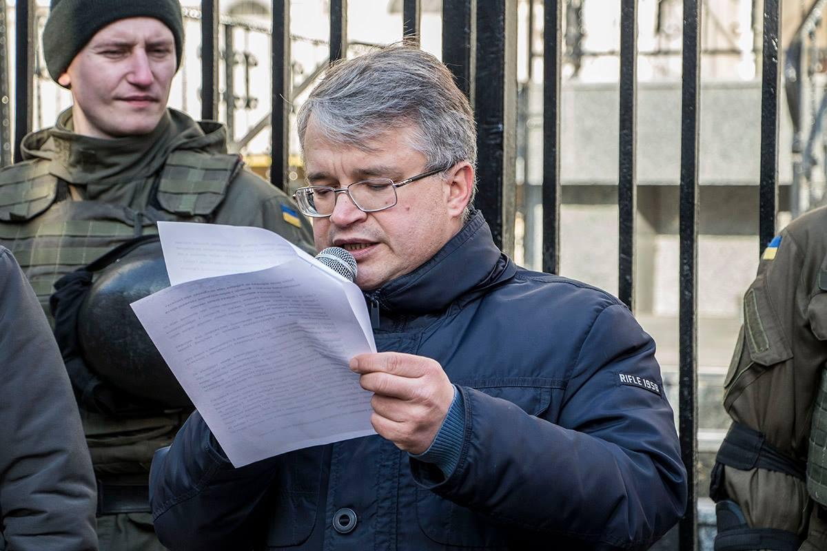 Перед передачей заявления активисты зачитали текст обращения присуствующим