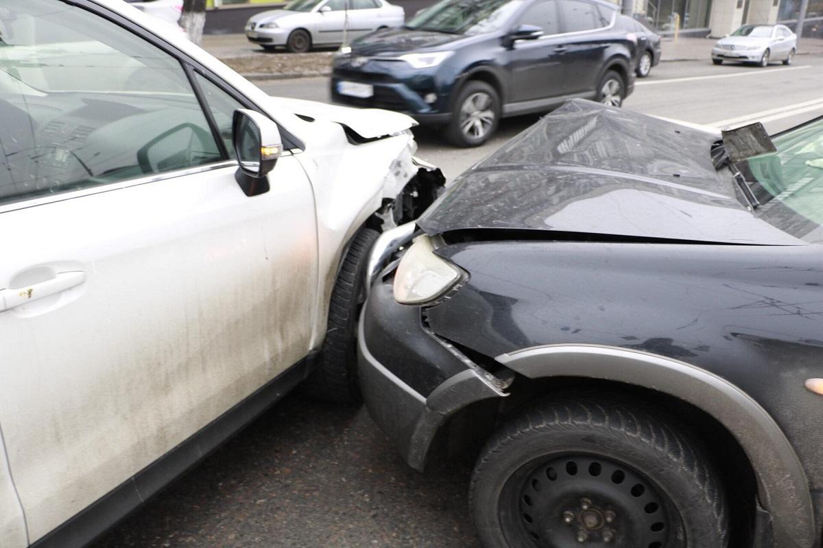 У автомобилей достаточно сильные механические повреждения