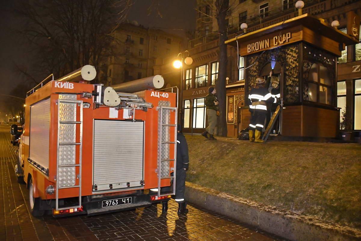 Пожарные осматривают МАФ на Крещатике после задымления