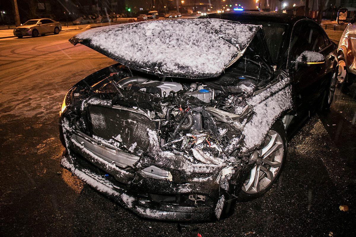 Также в результате столкновения у Audi сильно повредился капот