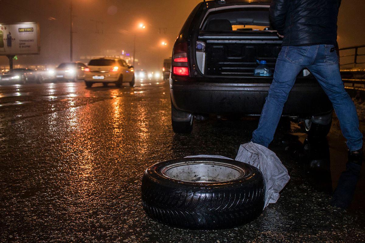 Из-за выбоин на дороги пострадали покрышки авто