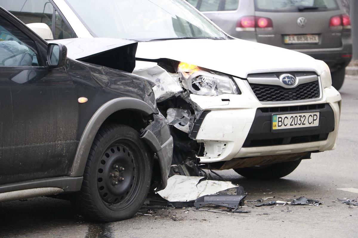 На пересечении улиц Киквидзе и Бастионной произошло столкнулись Mitsubishi OutlanderиSubaru Forester