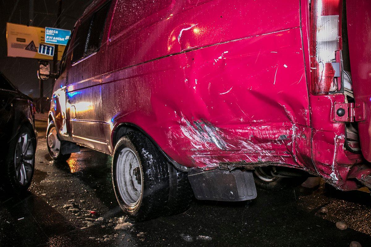 У грузовика поврежден бок