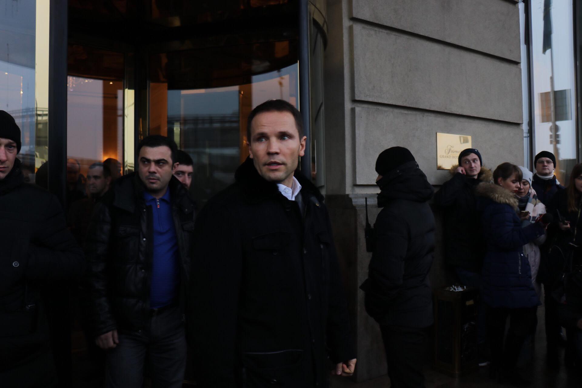 Изначально к журналистам вышел представитель Саакашвили