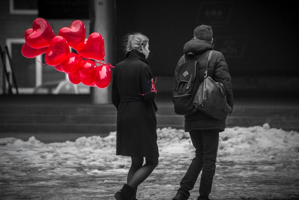 Любовь - это нести ее сумку