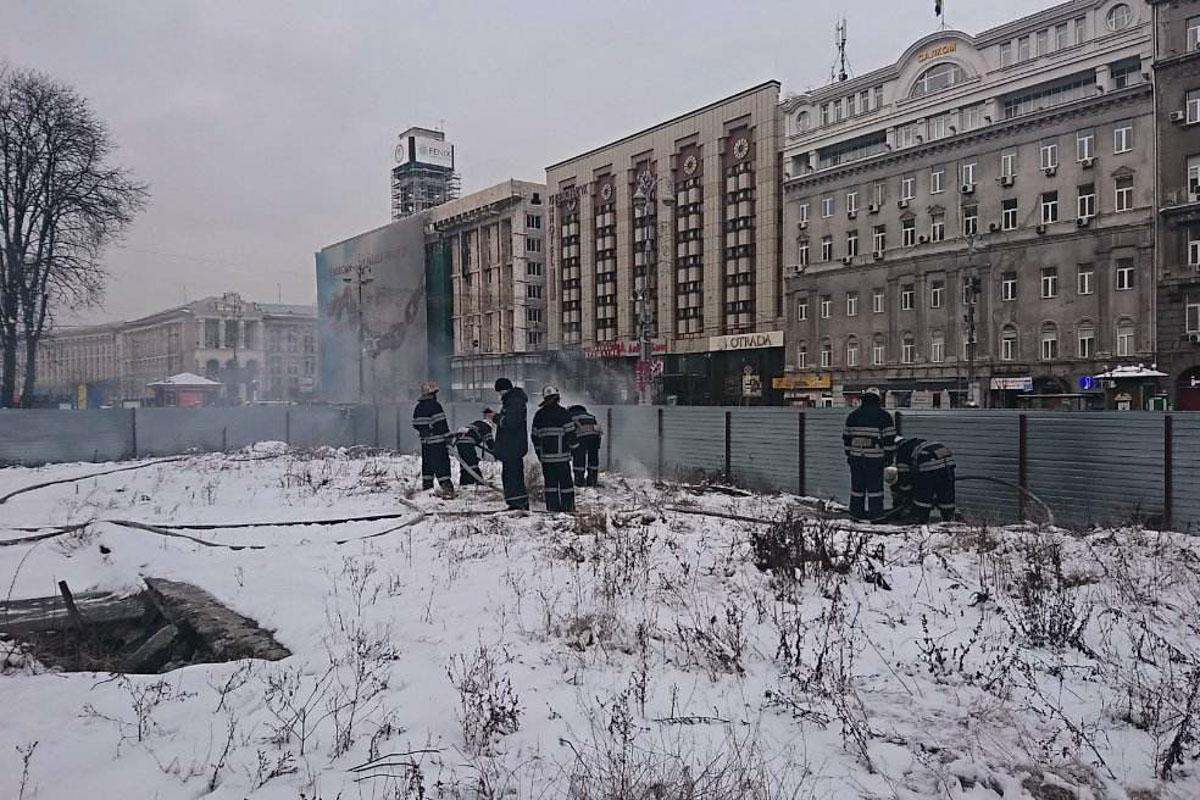 Дым увидели прохожие по адресу Крещатик, 5