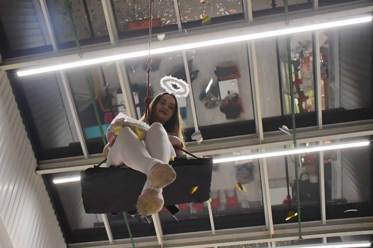 Ангелочек вознеслась к куполам торгового центра