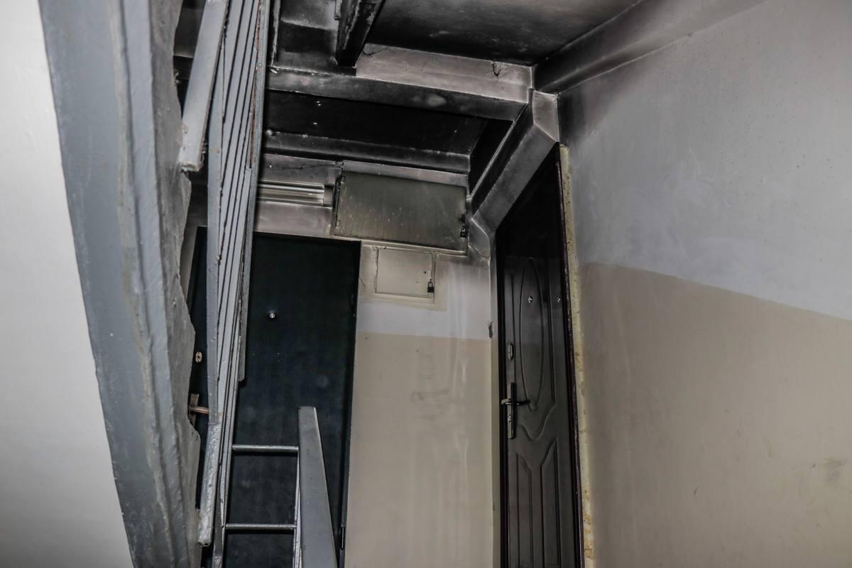 Обгорели стены и потолок возле входа в квартиру, где был пожар