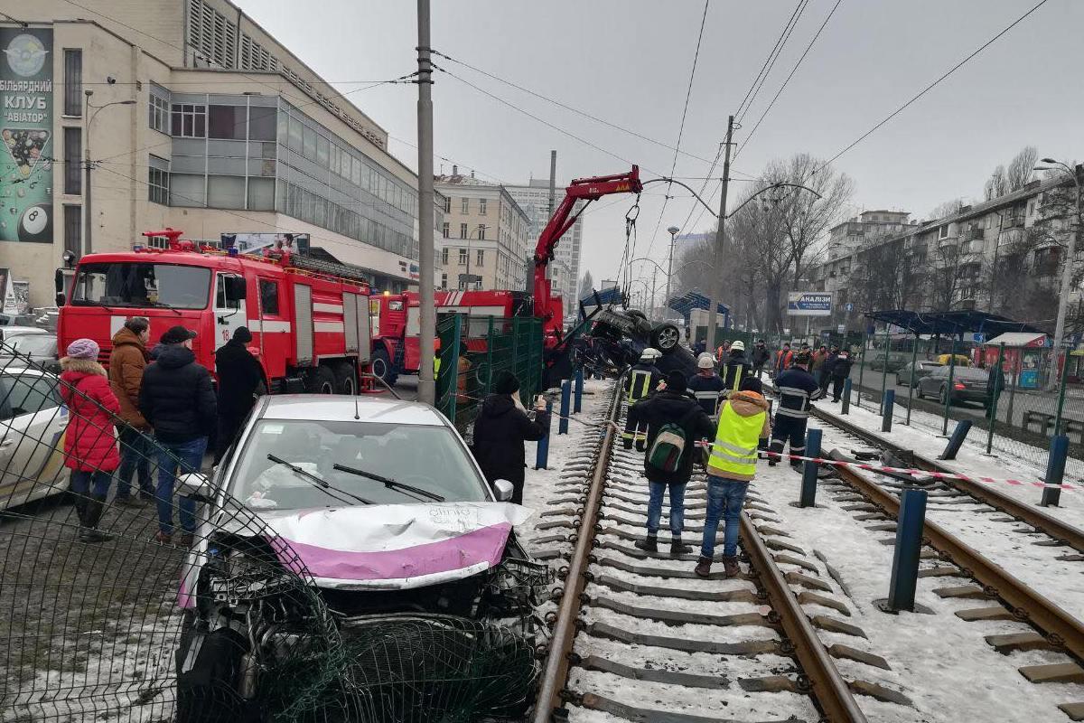 По словам очевидцев, водитель-иностранец за рулем Mercedes был пьян