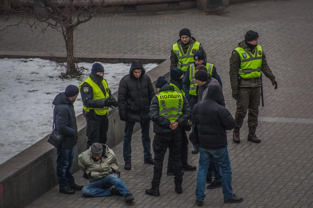 Во время задержания на помощь дебоширу подбежали его товарищи