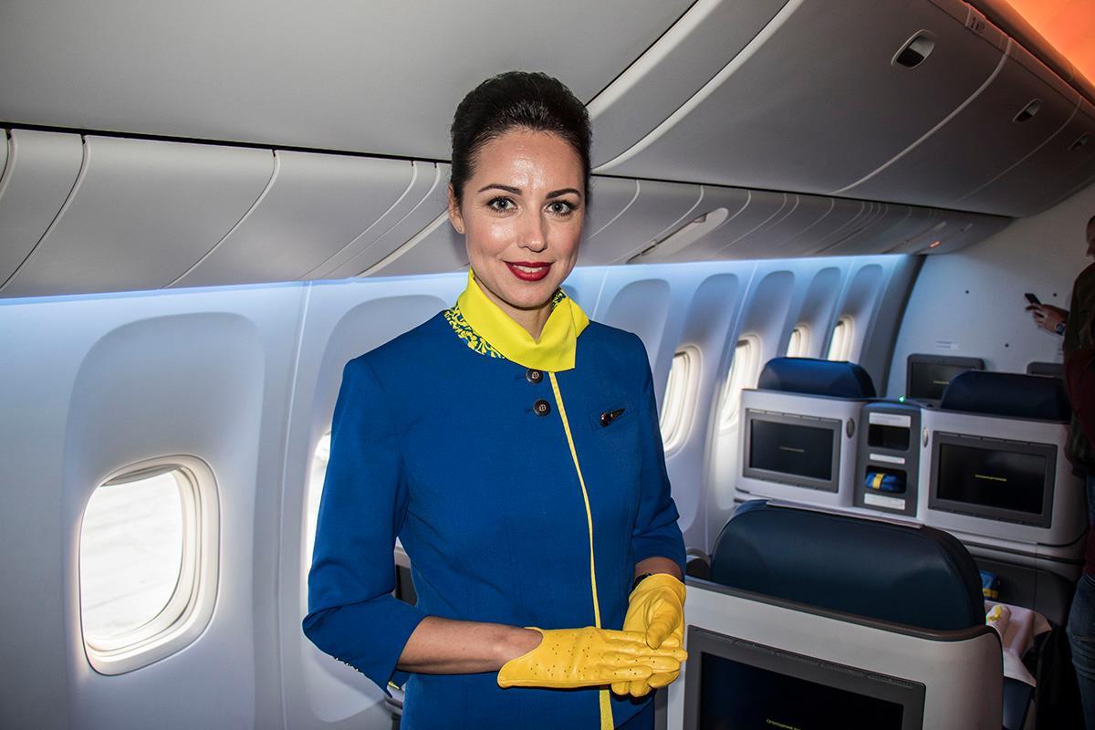 На борту самолета гостей встречали красавицы-стюардессы