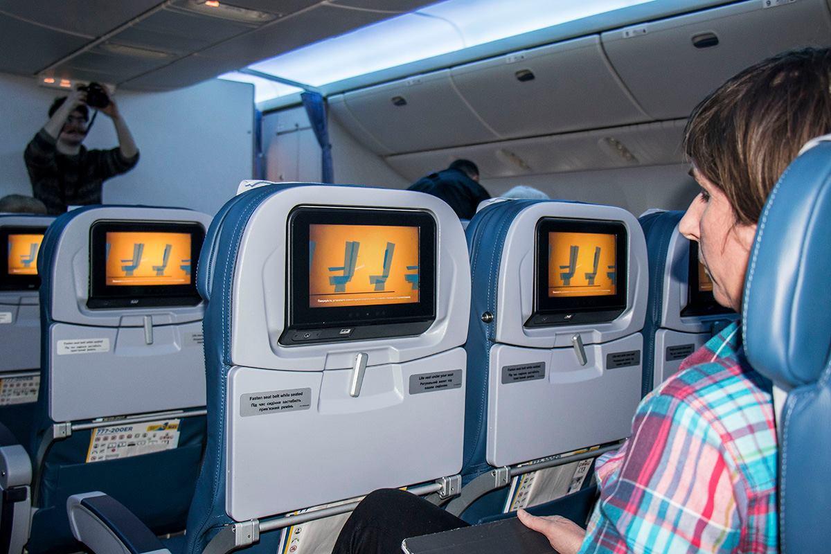 В самолете можно смотреть фильмы, слушать музыку и играть в компьютерные игры с помощью сенсорного монитора
