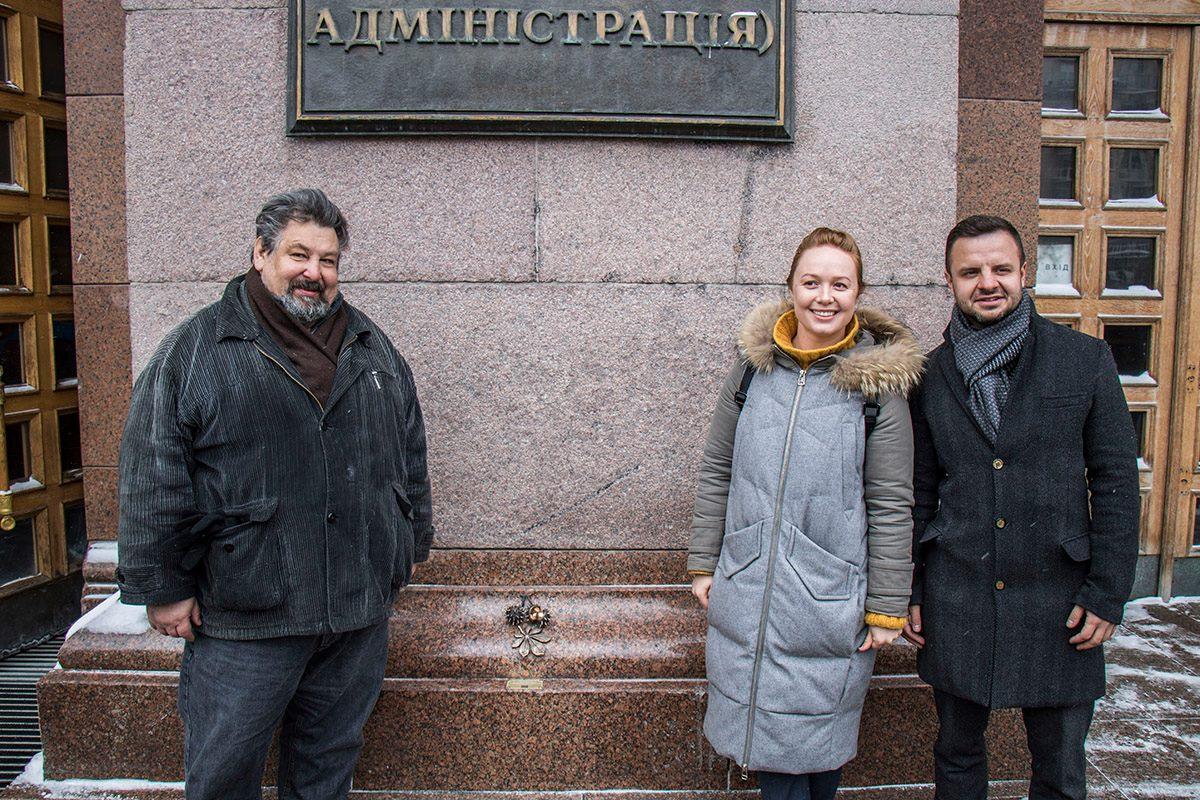 Скульптор Марко Галенко, автор проекта Юлия Бевзенко и начальник управления туризма КГГА Антон Тараненко