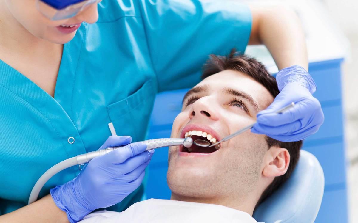 Посещать стоматолога боятся часто не только дети