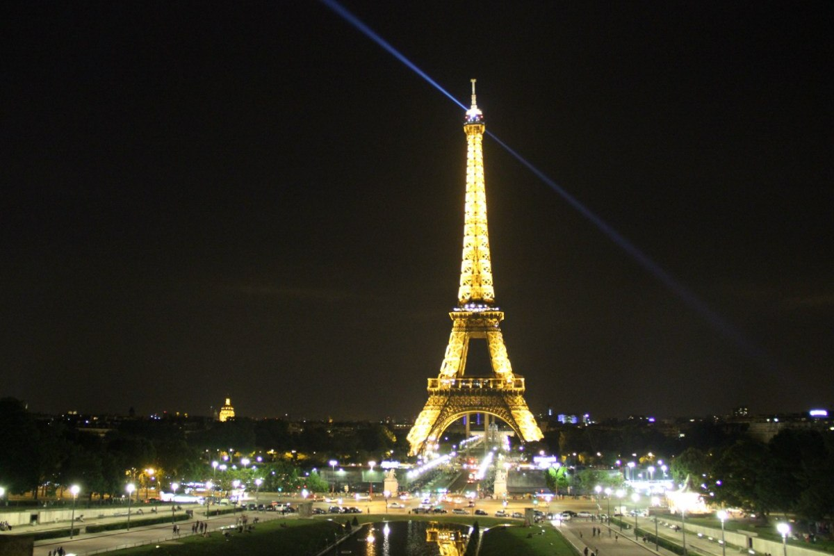 Эйфелеву башню закрыли для туристов из-за непогоды