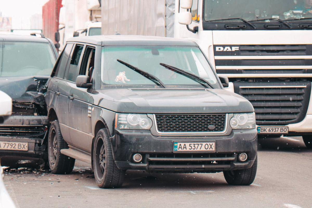 Range Rover стоял на дороге, когда в него врезался Volkswagen Transporter