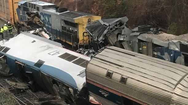 В США пассажирский поезд столкнулся с грузовым