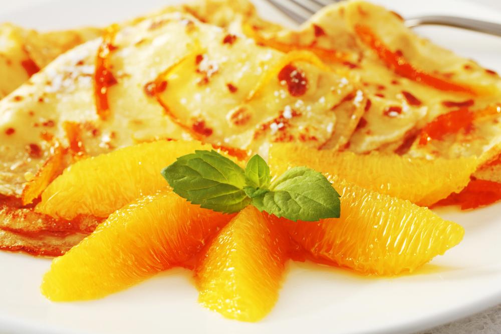 Подавать блины Сюзетт можно с целыми дольками апельсина