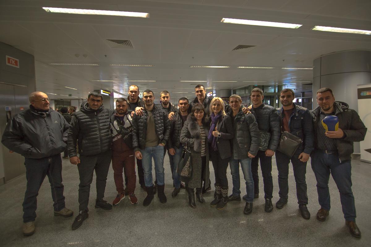 В аэропорту боксера встречали мама, друзья, родные и близкие