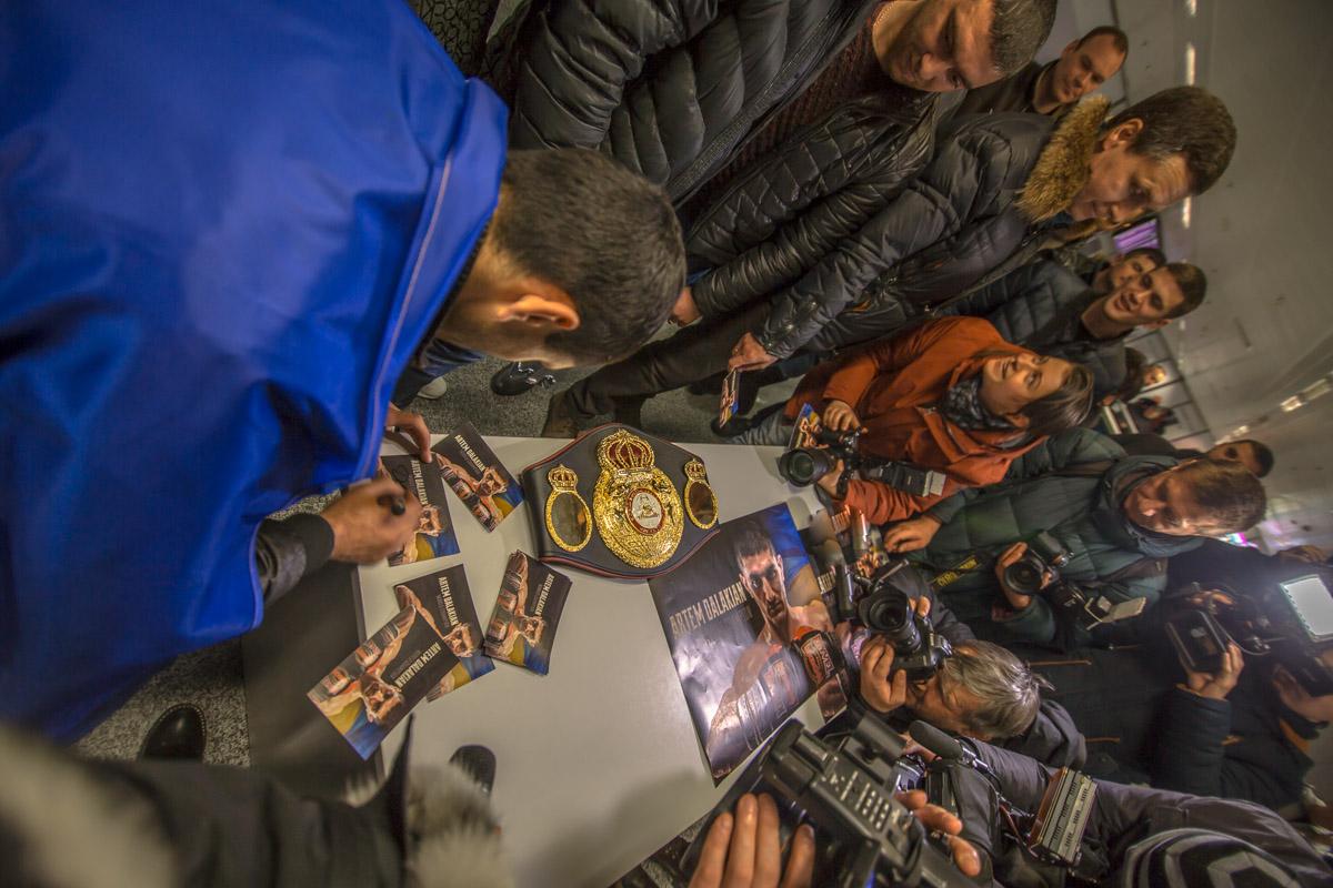 Далакян раздал автографы фанатам
