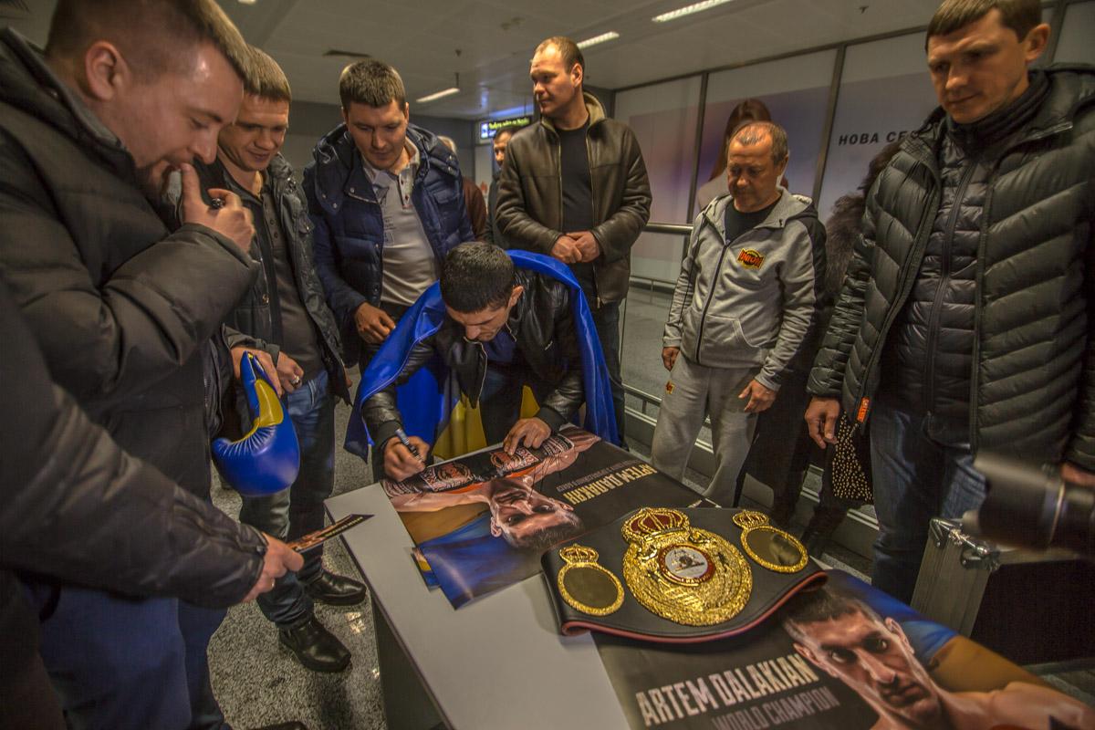 Свою подпись чемпион ставил на плакатах со своим изображением