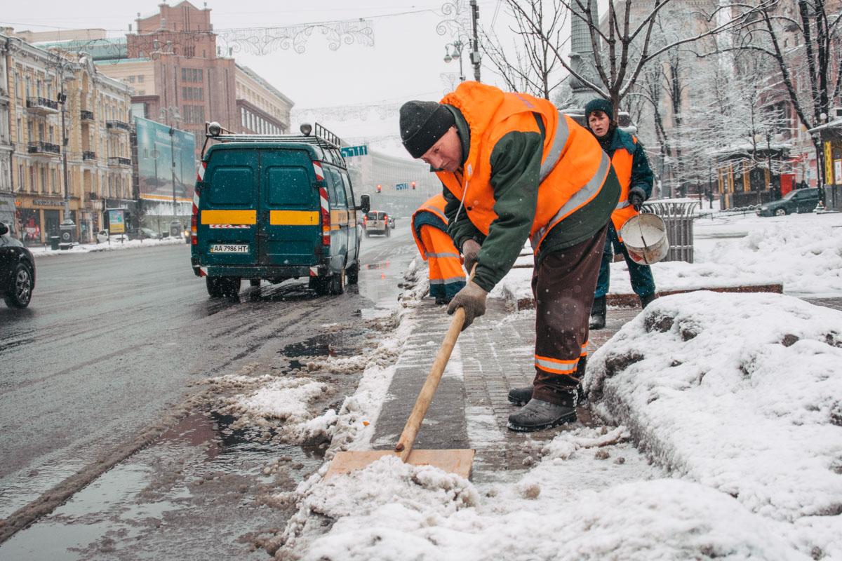 Утром в Киеве коммунальщики расчищают улицы города от снежных завалов