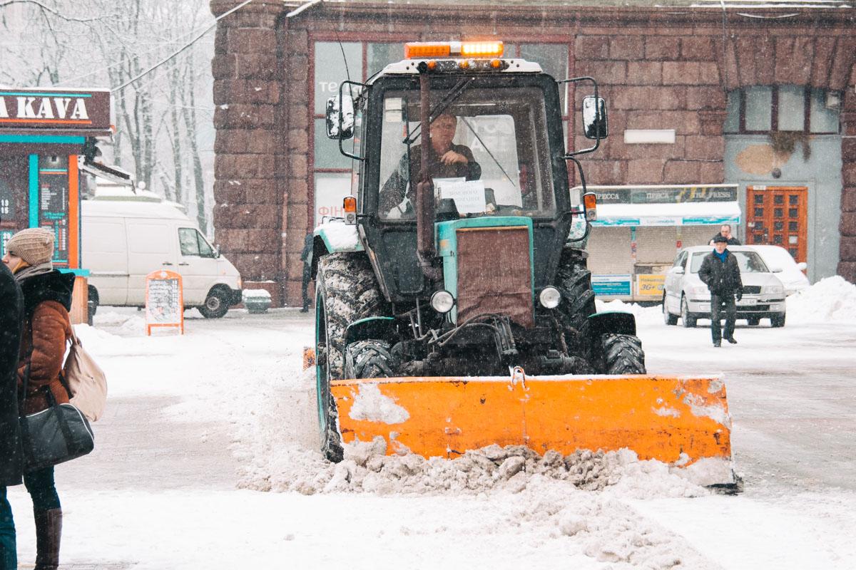 На улицы выехала даже снегоуборочная техника