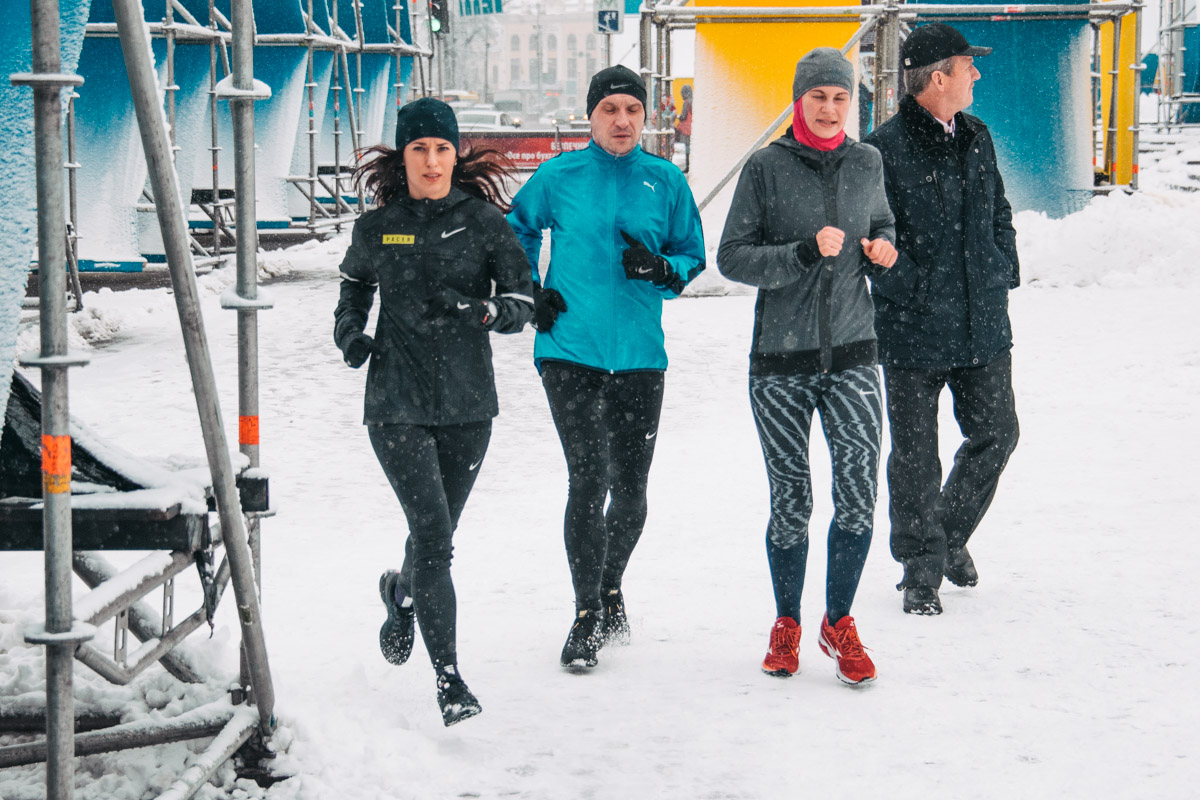А вот настоящие спортсмены тренируются при любой погоде