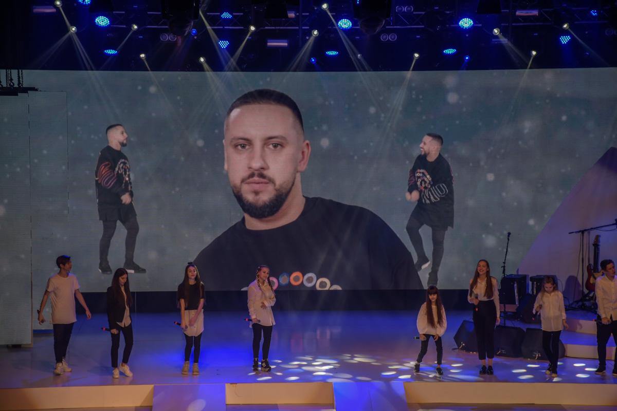 Дима Монатик не приехал на концерт, но свою партию записал на видео и его крутили на задней панели сцены