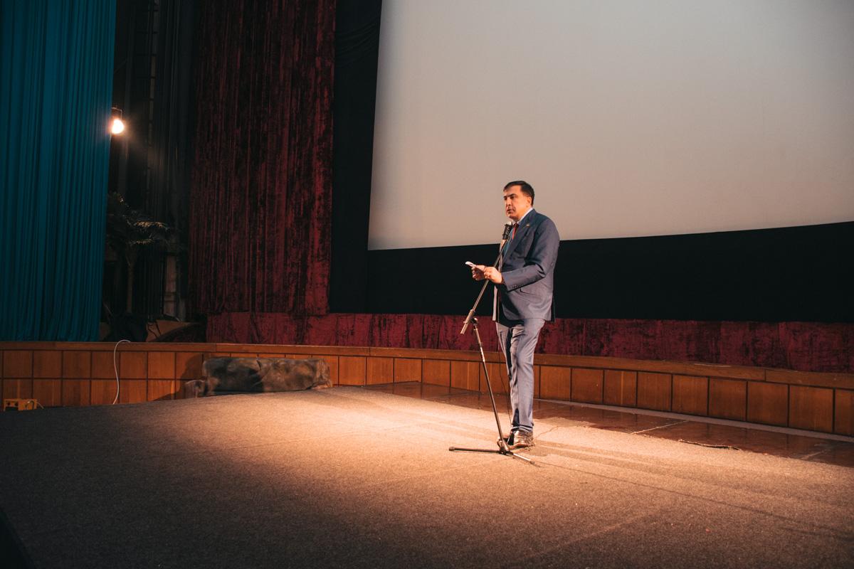 Экс-президент Грузии после показа выступил на сцене