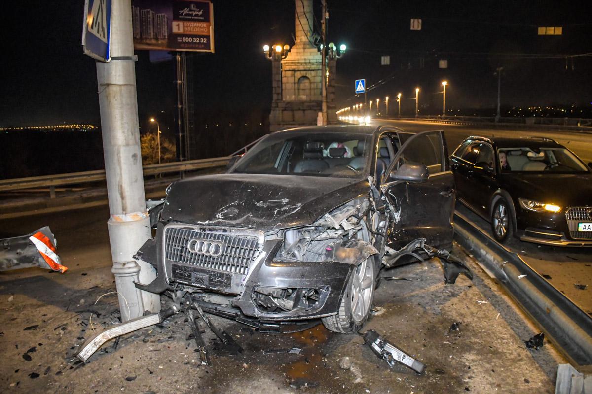 Машину смог остановить только столб...