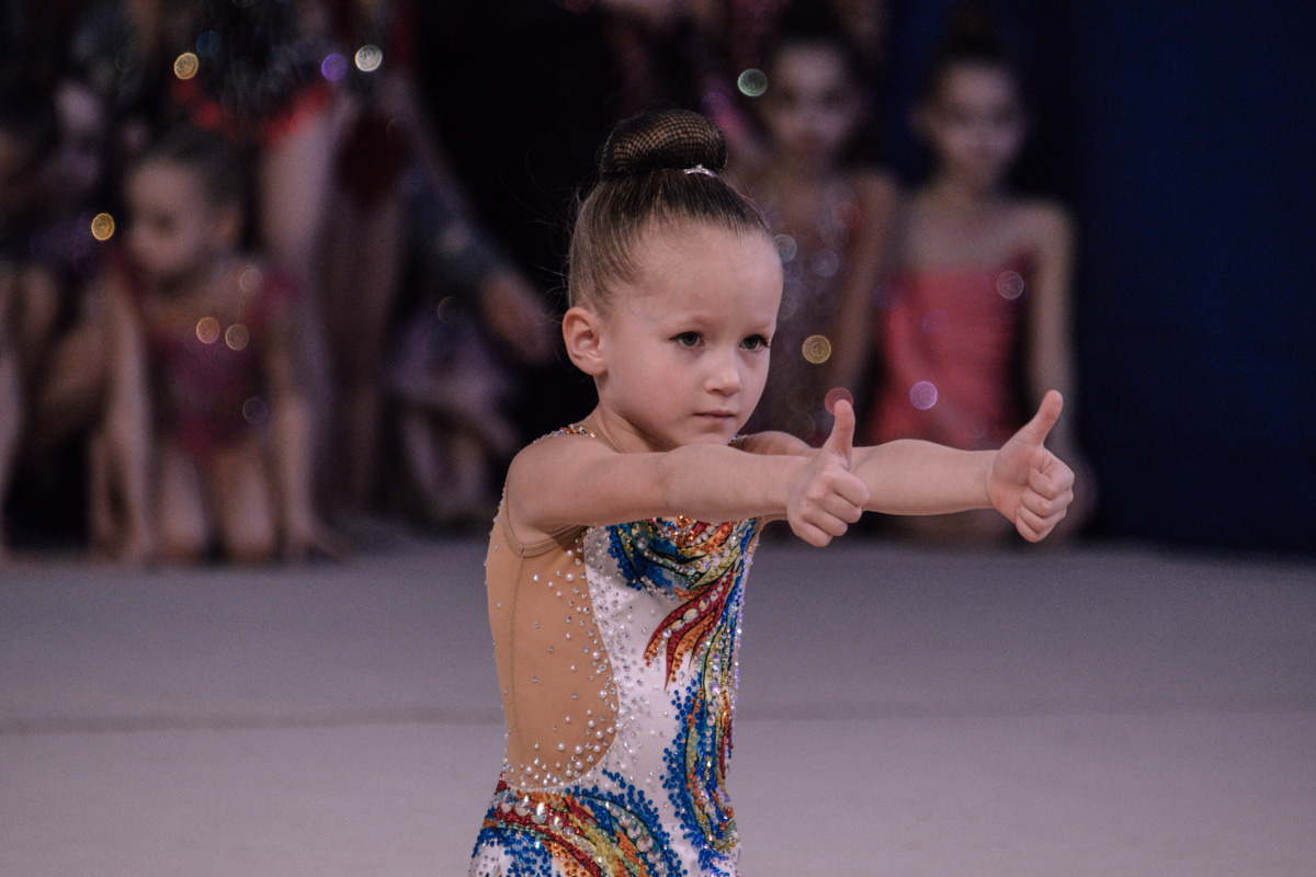 Юные гимнастки показали на турнике свои лучшие номера