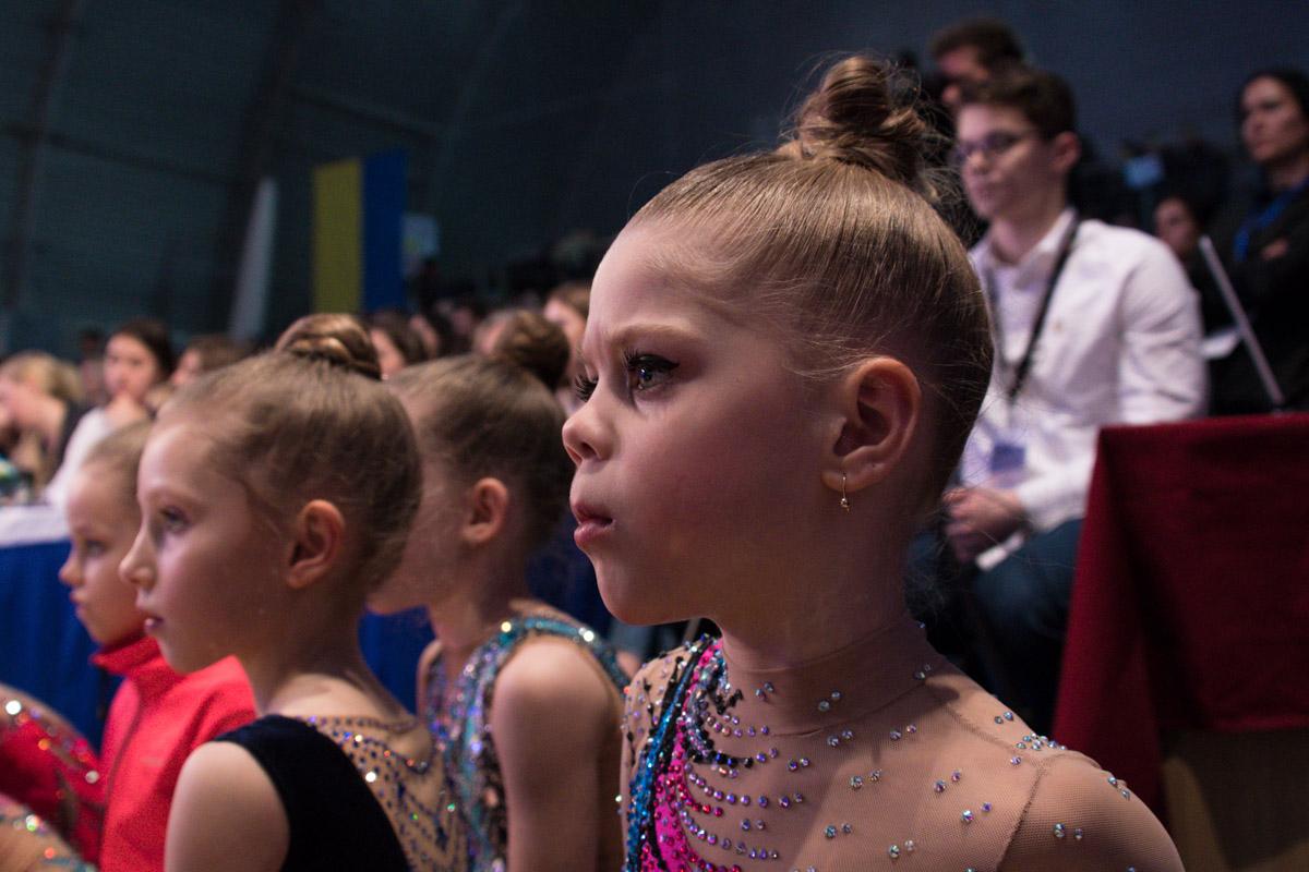 Маленькие гимнастки в ожидании результатов