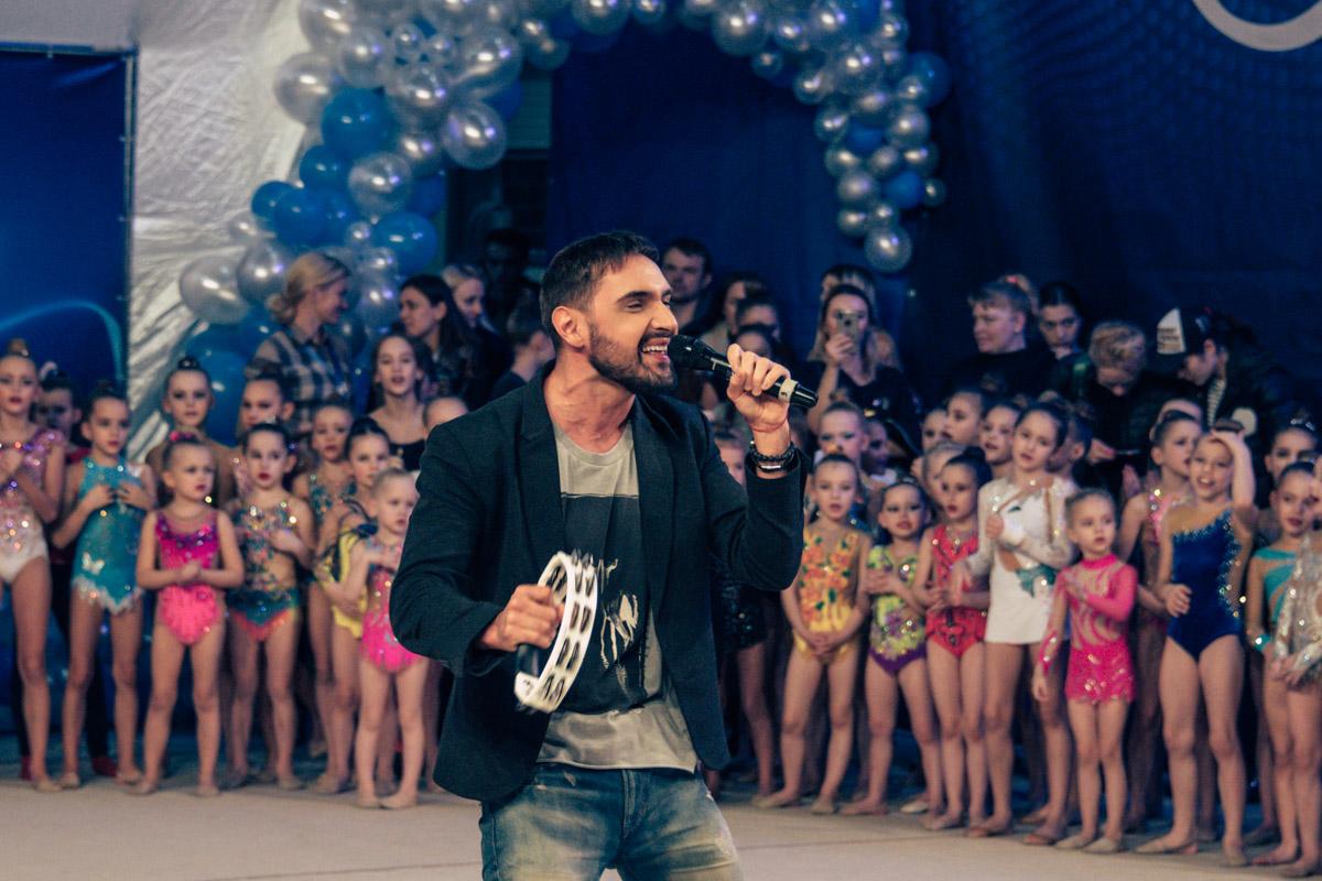 Юные поклонницы подпевали слова его песен и танцевали вместе с певцом