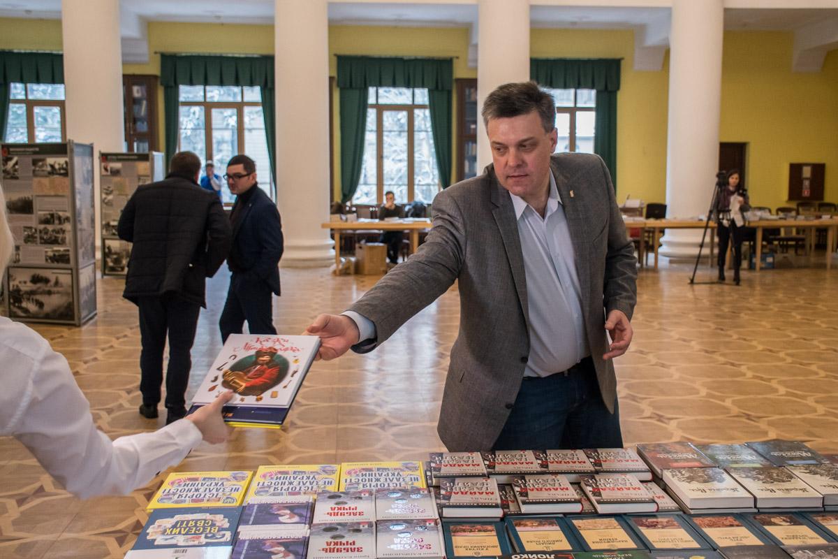 Олег Тягнибок решил выбрать книжки племянникам