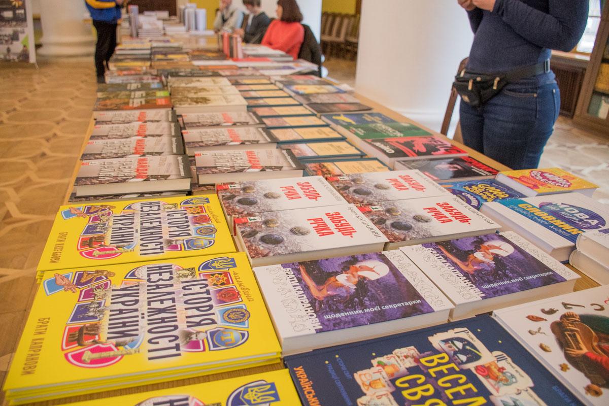 Книжная выставка включала публицистику, научную и художественную литературу