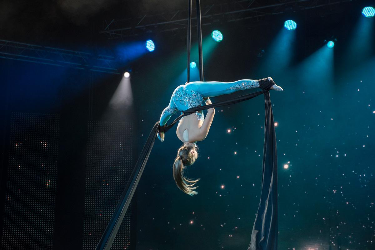 Выступление воздушной гимнастки