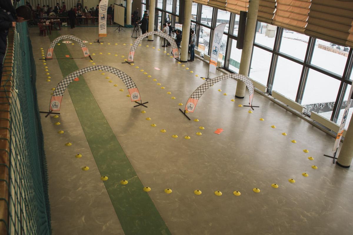 Так выглядела площадка для соревнований юных молодых пилотов-коптеров