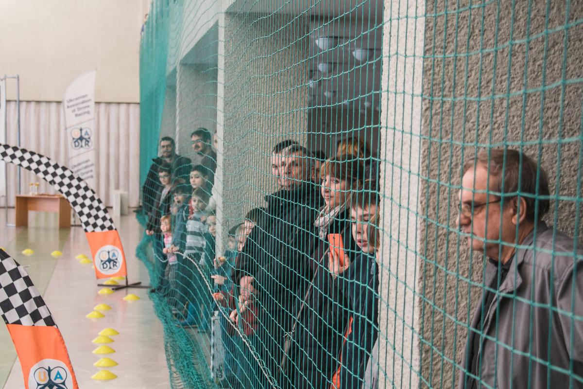 Зрители внимательно наблюдают за процессом соревнований