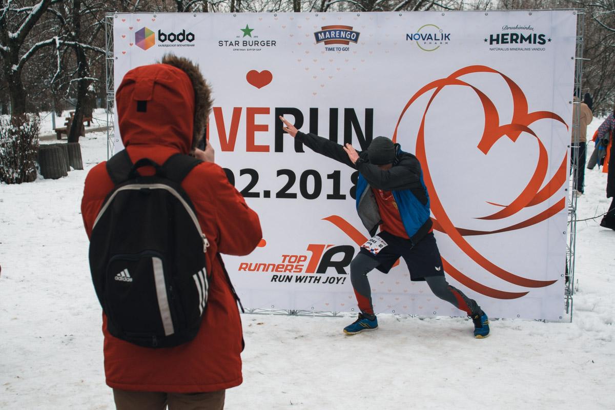 На финише участники делали фото на фоне официального бренд-волла забега