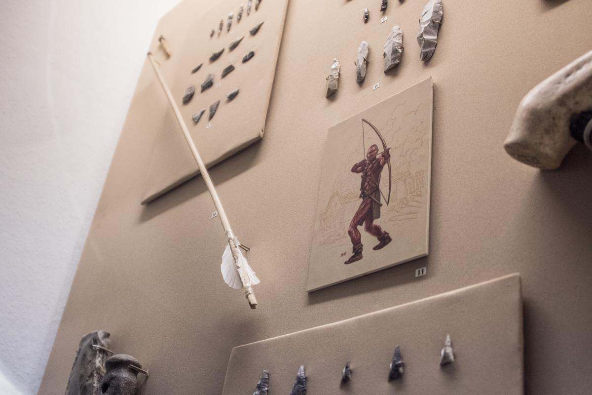 Рядом в оружием прикреплены снимки воинов в древние времена
