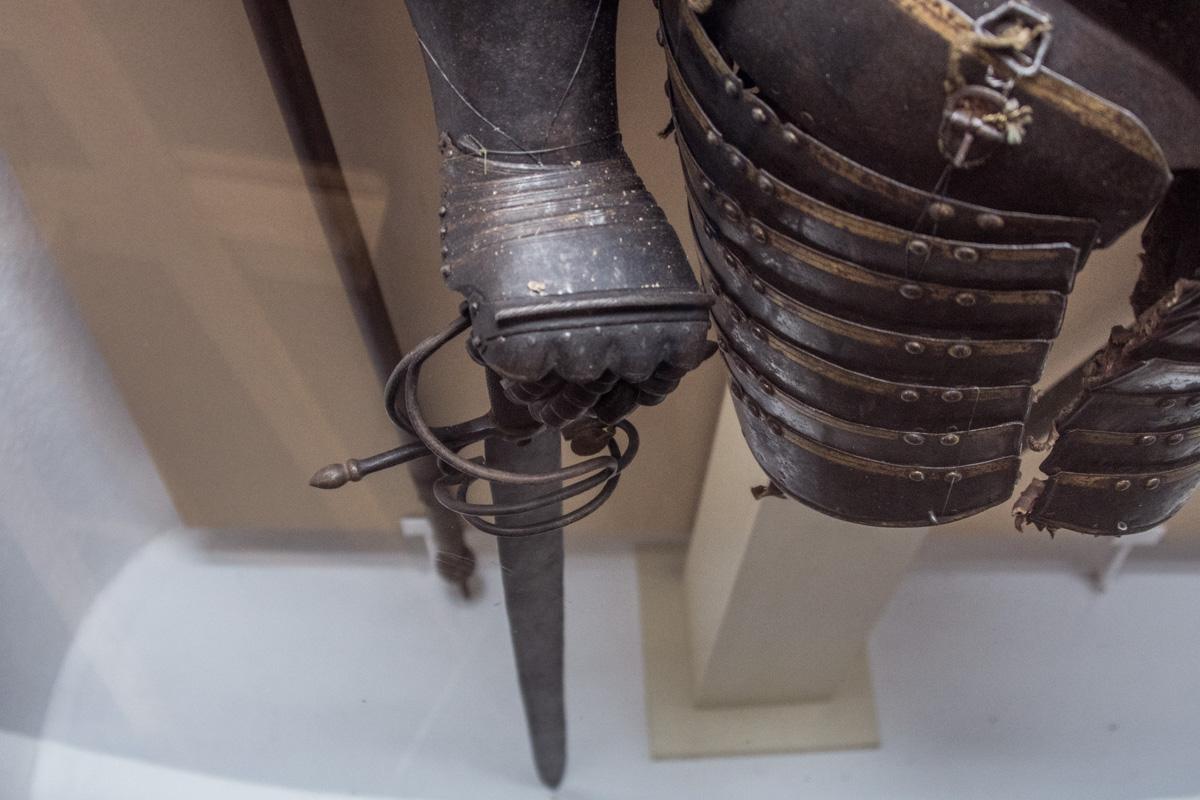Немало предметов вооружения поступило в музей из национализированных большевиками частных коллекций