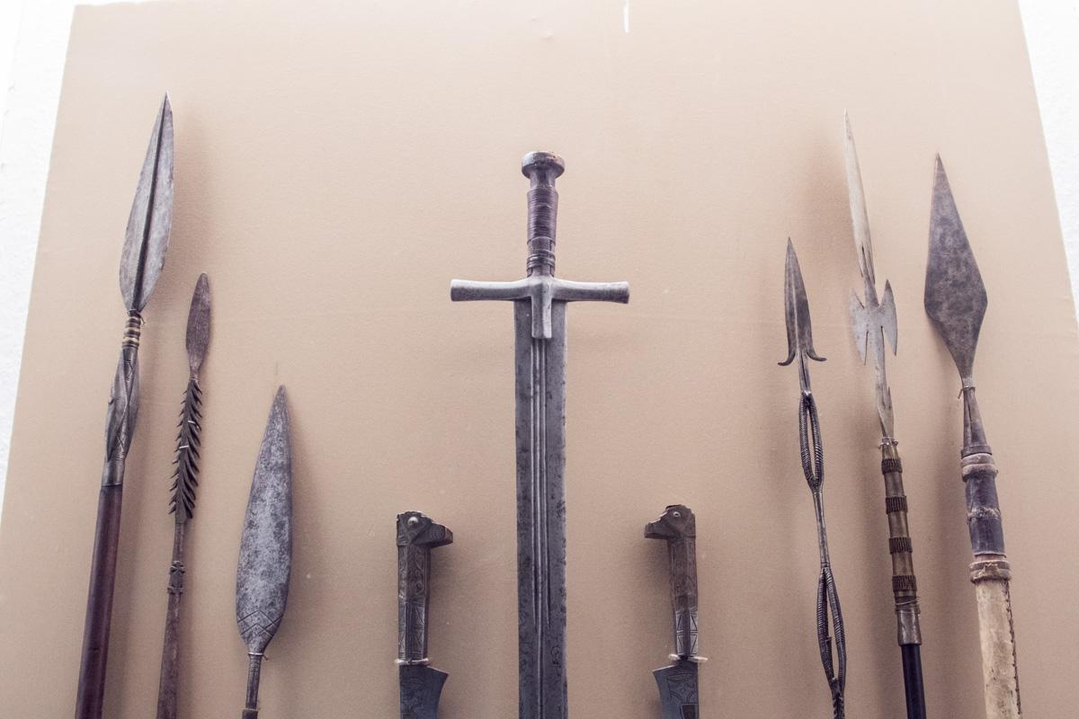 Рядом на выставке представлены более древние оружейные экспонаты