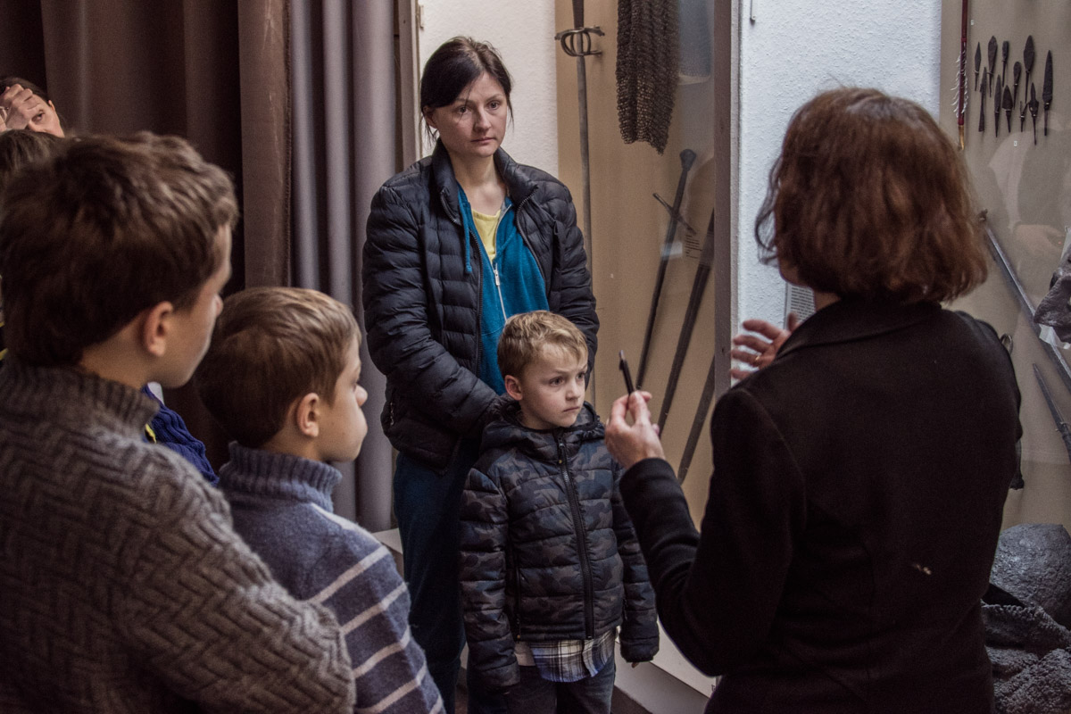 Посетителям рассказывали об истории оружия и военного оснащения