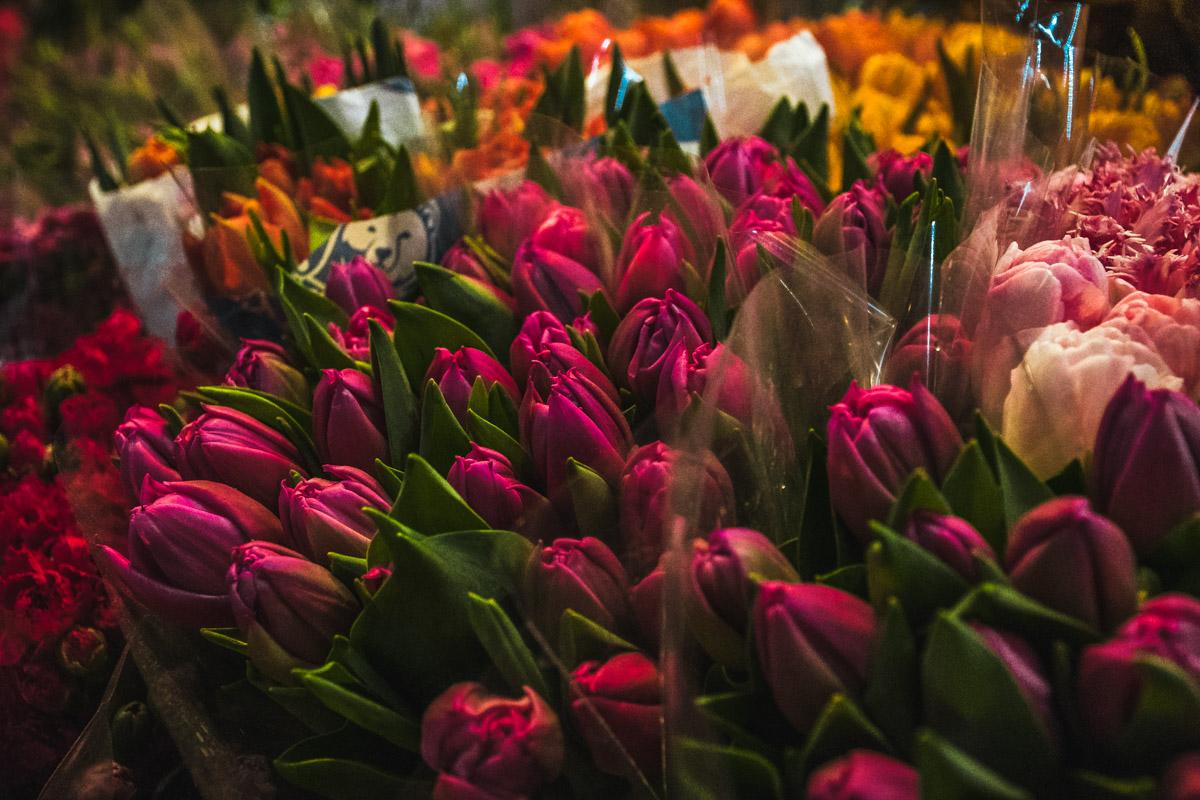 Упакуйте цветы в дополнительную бумагу, если на улице минусовая температура
